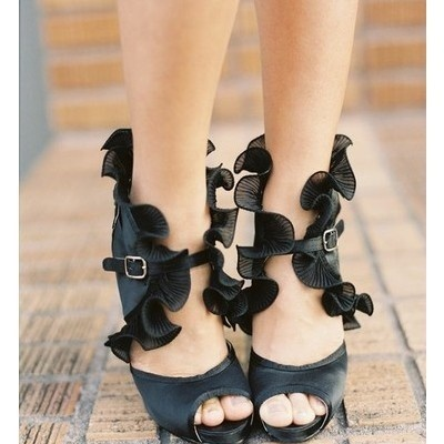 Ruffly Heels: Fashion, Black Ruffle, Style, Wedding Shoes, Ruffle Heels, Closet, Shoes Shoes, Ruffles
