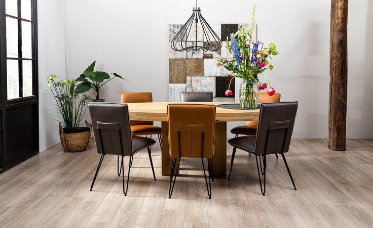 Eettafel Ivo is een tafel waar je alle kanten mee op kunt. Hij is namelijk in verschillende vormen, maten en materialen te verkrijgen. Dit model is gemaakt van naturel onbewerkt eiken, dat zorgt voor een natuurlijke uitstraling. Ook het blad is anders dan anders. De ovale vorm in een dikte van 4 cm zorgt voor een knus gevoel aan tafel, terwijl iedereen dankzij de lengte toch genoeg plek heeft om te zitten.