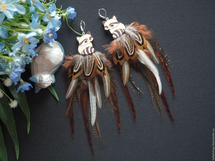 Древесный енот - необычные серьги с перьями бохо с енотом - серьги с перьями