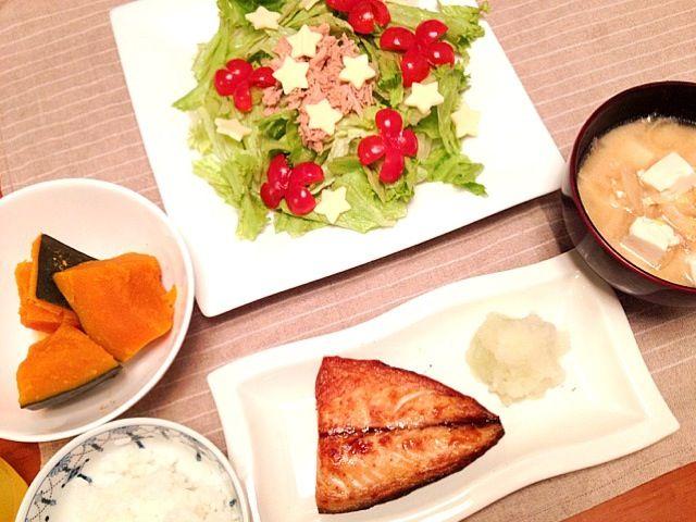 サラダはアンチョビドレッシング♡ - 4件のもぐもぐ - サバ塩焼き、カボチャの煮付け、新玉ねぎと豚肉と玉子のみそ汁、サラダ by mamaharun