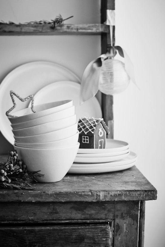 Zastawa stołowa, zastawa na stół wigilijny, naczynia. Serwetki na święta, serwetki na stół wigilijny, dekoracje stołu wigilijnego. Zobacz więcej na: https://www.homify.pl/katalogi-inspiracji/13084/srebrne-dekoracje-na-boze-narodzenie