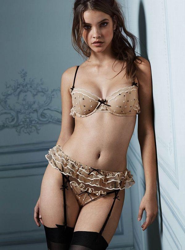 молодая модель примеряет сексуальное белье извлёк член