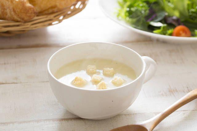 チーズが入ってクリーミー!レンジで即席豆乳スープ  ○材料  ・豆乳 200cc  ・とろけるチーズ 適量  ・コンソメ顆粒 小さじ1     1. 材料を耐熱容器に入れて、2分くらいレンジにかけます。  2. チーズが溶けて滑らかなスープになったら出来上がり、彩りにドライパセリをのせると素敵です。