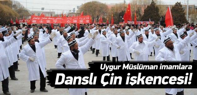 Uygur Müslüman imamlara danslı Çin işkencesi! Doğu Türkistan'daki Uygurlara Çin zulmü bitmiyor. Pekin yönetimi bu kez imamlara zorla dans ettirdi, memurlara dine hakaret sloganı attırdı.