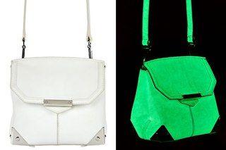 """El joven diseñador estadounidense Alexander Wang en su nueva colección primavera-verano 2013 incluyo ropa, sandalias y bolsos que brillan en la oscuridad. Con el fin de crear algo tan audaz, Wong usa pintura luminiscente, que """"acumula"""" la luz y brilla en la oscuridad."""