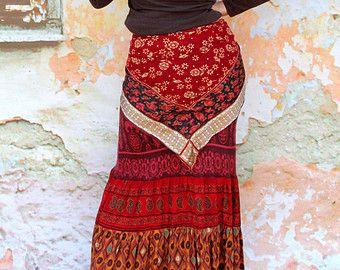 Verrückte Banjara Patchwork Rock. Hergestellt aus recycelten Jeans Rock und Kleidung, Banjara Indien Stoffe. Hippie Boho ethnischen Stil. Banjara-Stil. Applizierten. Remade, Upcycled. Sehr lange. Eine von einer Art. Größe: M (Europäische 36-38) ein wenig Streching Taille (oder Upr Hüften) max 32 Zoll (82 cm) Hüften max 40 Zoll (102 cm) Länge ca. 38 Zoll (97 cm)