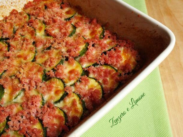 Queste zucchine gratinate con scamorza affumicata e prosciutto cotto sono un contorno molto appetitoso...una perfetta ricetta svuotafrigo.
