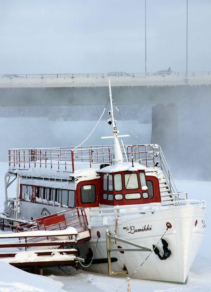 So kann man den Winter auch verbringen. Das Restaurantboot Lumikki (Schneeweiss) in Rovaniemi, Lappland