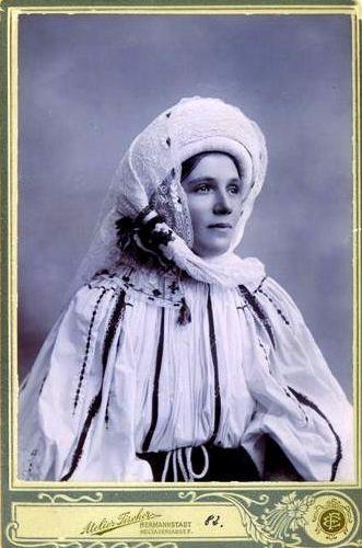 Evdochia Munteanu îmbrăcată în costum popular românesc de sărbătoare din Mărginimea Sibiului.  Foto: Emil Fisher  1900 - 1904