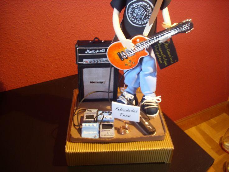 Detalle de la guitarra electrica epiphone les paul, amplificador  marshall, zapatillas todo totalmente personalizado , pintado a mano en goma eva. elenamartinlopez.blogspot.com