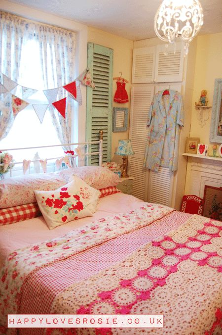 HAPPY LOVES ROSIE, bedroom; vintage british style; cath kidston, florals, bunting; red, pink and aqua