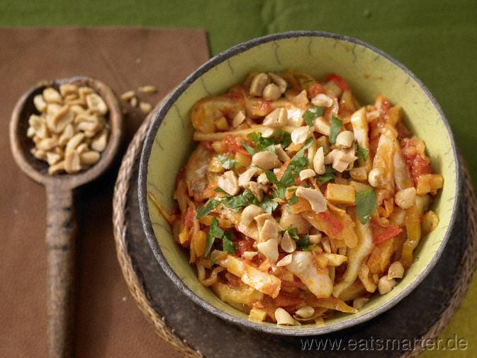Asiatisch inspiriert und pikant gewürzt: Kohl aufs Köstlichste: Scharfes Weißkohl-Curry mit Ingwer und Erdnüssen - smarter - Kalorien: 296 Kcal | Zeit: 25 min. #dinner