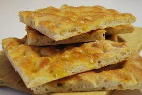 Schiacciata all'olio alla fiorentina è una sublime focaccia bassa e croccante tipica della cucina toscana. Si prepara con la pasta del pane e si condisce con l'olio extravergine di oliva.