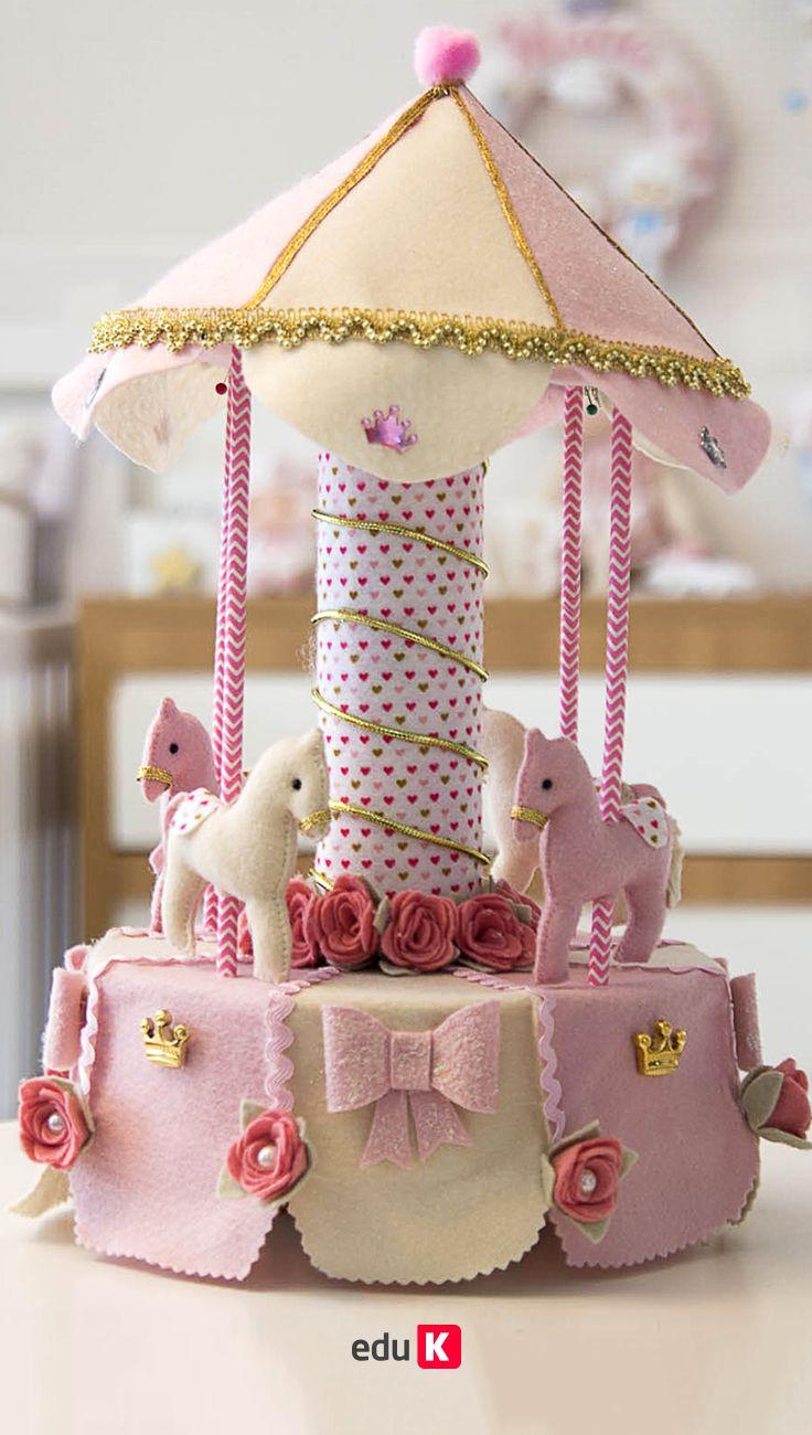 Aprenda a fazer peças especiais em feltro!  Serão bonecas inspiradas em sobremesas deliciosas, um carrinho de doces, lembrancinhas de dar água na boca, o famoso cupcake e um bolo fake, que vão adoçar as suas vendas.