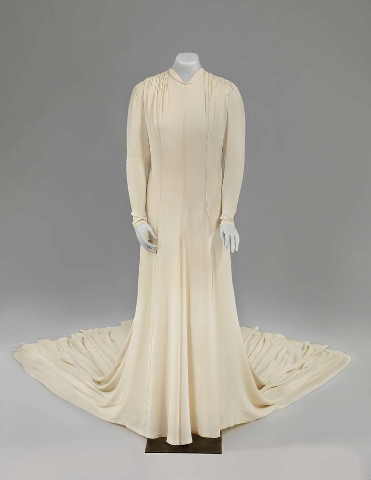 Bruidsjapon van cr�me charmeuse zijde met lange sleep, sluik model met kleine v-hals en achtersluiting met lange rij stofknoopjes, Filia, 1939