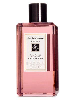 """Если адресат подарка уважает водные процедуры, купите ей какое-нибудь роскошное масло для ванны. Нет, это совсем не то же самое, что купить гель для душа, отнюдь. Купите, например, масло Jo Malone – я уже говорила о марке в совете про ароматические свечи. Корнеры Jo Malone есть в ЦУМе, """"Цветном"""", """"Европейском"""" – к сожалению, полного списка российских адресов я нигде не могу найти.  #jomalone #redroses #bathoil"""