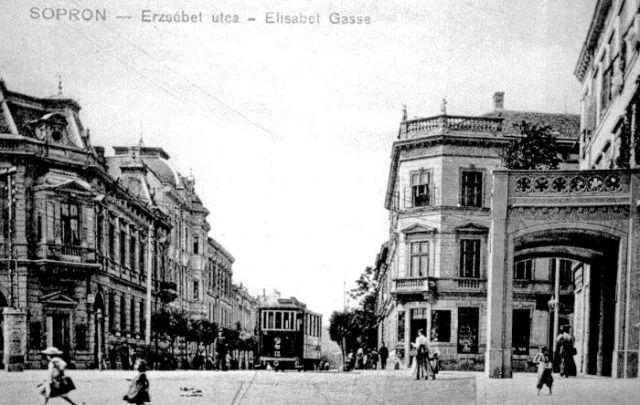 A 12-es, pótkocsiból átépített motorkocsi az Erzsébet utca végén, elérve a Várkerületet