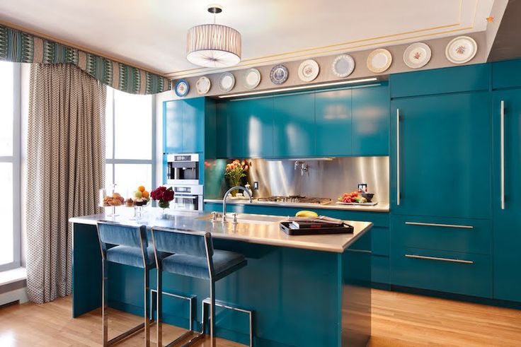 cuisine bleu canard satiné avec chaises de bar métalliques assorties
