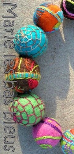 collier perles laine brodées par Marie les Bas Bleus