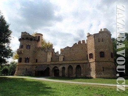 Romantický park a tajemná zřícenina, právě to na panství Lichtenštejnů chybělo. Proto si také nechali vybudovat Janův hrad, plně funkční jednopatrový lovecký zámeček s tajemnou atmosférou hradní středověké zříceniny.