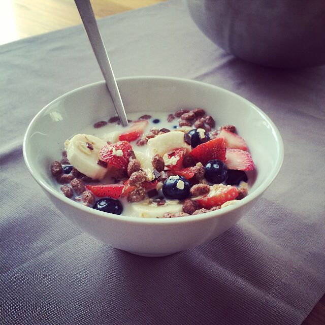 Choco muesli w/ banana & strawberries