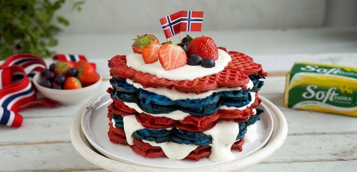 Et dekorativt vaffeltårn som er enkelt å lage og garantert vil imponere på 17. maifrokosten.Stek røde og blå vafler og pynt med vaniljekesam og bær.