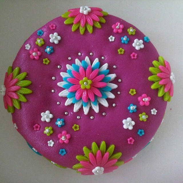 Mijn taart van de workshop 'taarten decoreren', er zouden er nog vele volgen