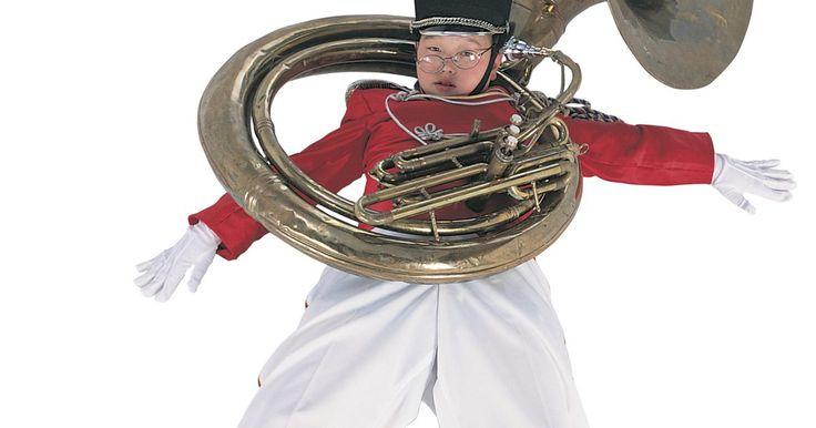 La historia del bombardino. El bombardino es un instrumento de metal con válvulas de pistón con un agujero cónico. Tiene un sonido cálido y suave se toca generalmente en el registro de tenor-barítono. Su tubo se enrosca sobre sí mismo y termina en una gran campana. Se ve como una tuba, pero un poco más pequeña. El nombre del instrumento, derivado del griego, podría ...