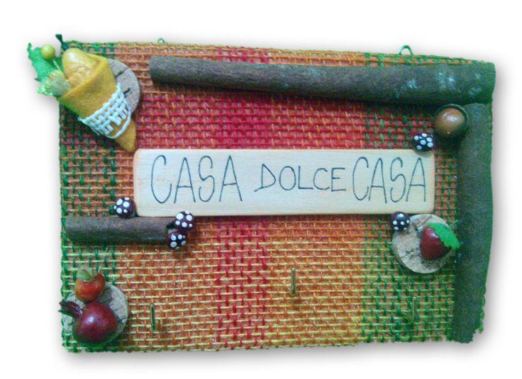 """Pannellorigido, superficiein juta colorata. Ganci portaoggetti. Colorati decori """"frutta"""", sughero e funghetti e vere stecche di cannella. Grafica su legno naturale"""