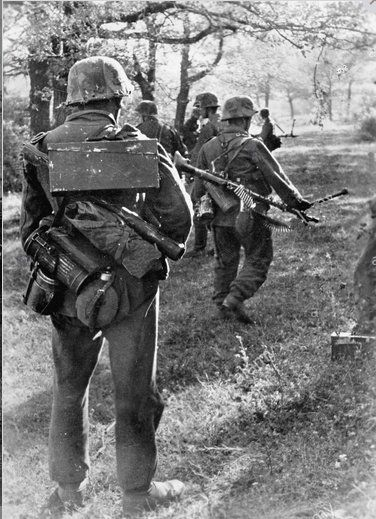 "kruegerwaffen: "" Infantrymen in the Donets basin in the southern sector of the Eastern front. On the right is an MG gunner with an MG 34. The soldier in the foreground is carrying a munitions case on his back, as well as spare barrel. """