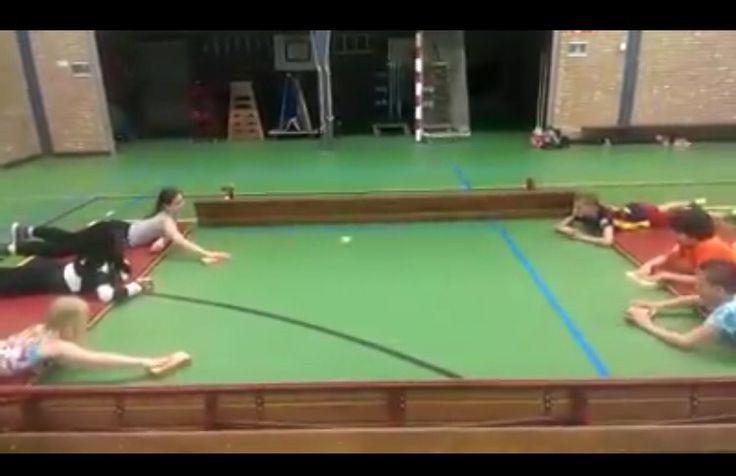 Air hockey in de gymzaal, blokken en tafeltennisballetje/tennisbal