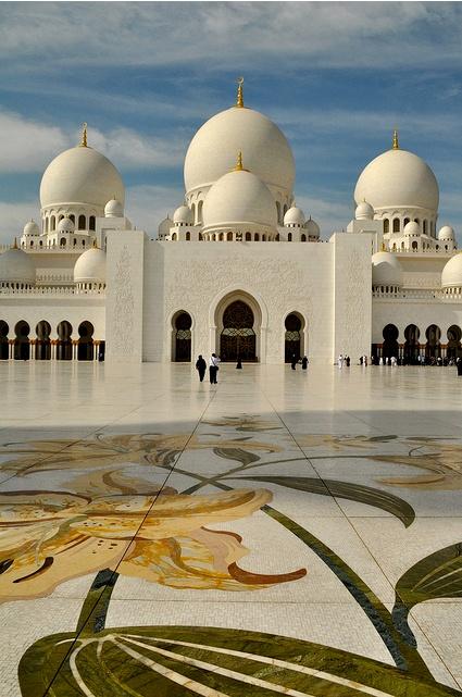 Breng een bezoek aan het welvarende Abu Dhabi met de beroemde Sjeik Zayed Moskee http://www.333travel.nl/tour/dubai/abu-dhabi-citytour?productcode=T905