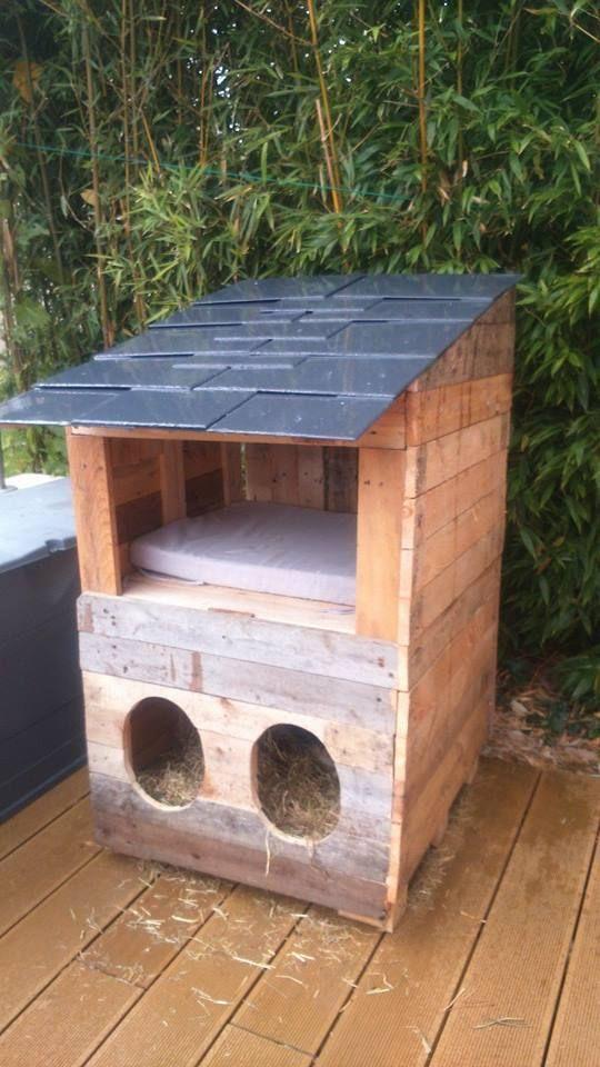Petite cabane hivernale pour nos chats , réalisé avec 3 palettes et ardoises de récupération