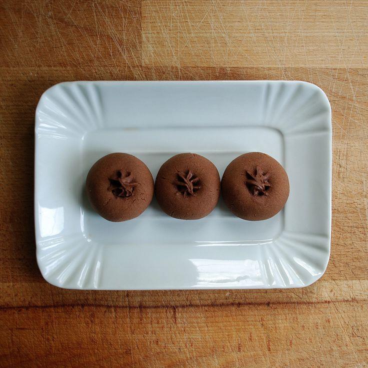 La spesa   per circa 25 Nutellotti 180 gr di Nutella a temperatura ambiente (non dev'essere 'liquida') 150 gr di farina tipo 00 80 gr di uovo (1 uovo medio) Per la farcitura: 100 gr di Nutella (o,...