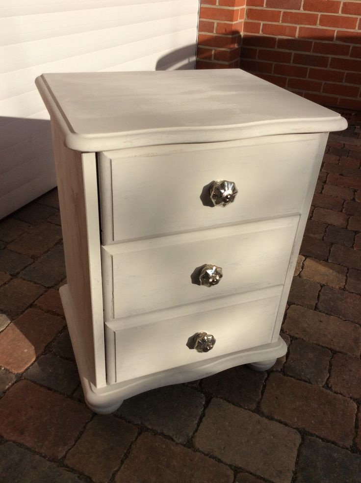 Rustoleum chalk paint winter grey pine bedside table drawers with  decorative knobs. - Best 25+ Pine Bedside Tables Ideas On Pinterest Painted Bedside