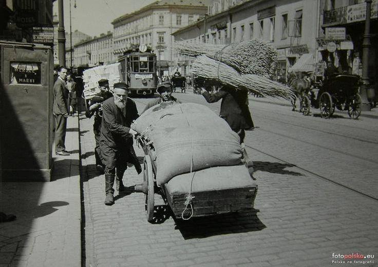 Nalewki z roku 1934, fotografia na której można dostrzec różnorodność Dzielnicy Północnej i przeplatanie się starego z nowym. Obok chałatów widać eleganckie garnitury,