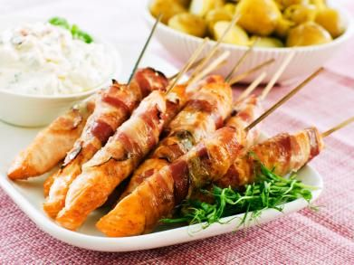 Zalmrolletjes / - 3 zalm, verse (haasjes) - 6 plakjes ontbijtspek - 10 el mayonaise - ½ tl wasabipasta - 5 el yoghurt, magere - 2 el bieslook (gehakt) - 1½ el koriander (gehakt) - peper