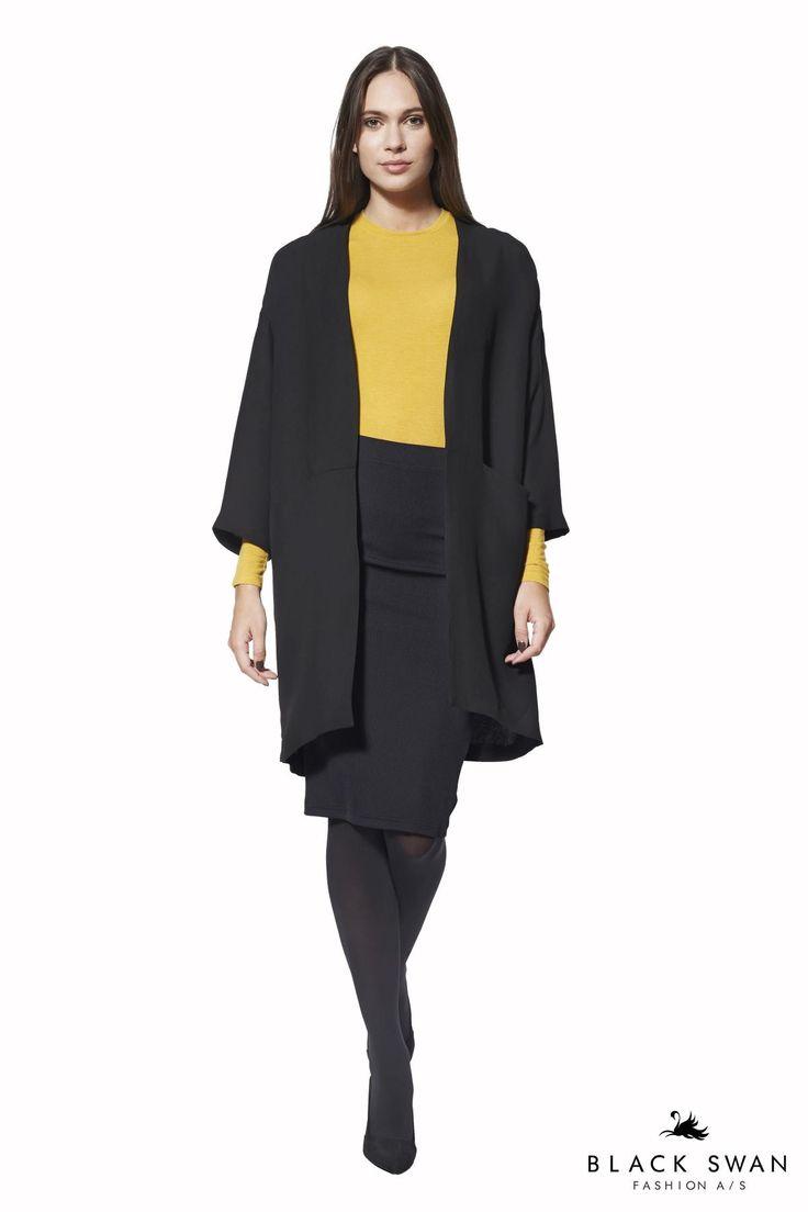 Kimono blazer som styles flot med stramme jeans og toppe. Jakken er uden foer, men med flotte bundne sømme indvendigt, minimalistiske lommer og krølfrit stof. Lovely kimono blazer. Black Swan Fashion