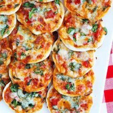 MINI PIZZAS VIR DIE KOSBLIK  Lewer ± 24 pizzas http://www.watertandresepteviroudenjonk.com/kosblik-idees.html