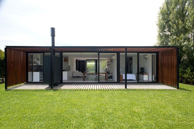 Casa 2LH, por #LucianoKruk  La vivienda encargada habría de configurarse en una sola planta. Debía adaptarse a lotes de mediana dimensión (17 a 20 m de ancho por 35 a 40 m de fondo aproximadamente) y su metraje no podía superar los 170 m² totales.