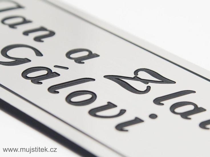 Detail rytiny textu na dveřní cedulce o rozměrech 10 x 4 cm. http://www.mujstitek.cz/plastove-jmenovky/92-plastova-jmenovka-na-dvere-stribrna-typ-d.html