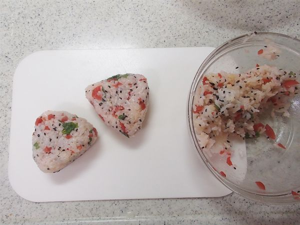 ピリ辛カリカリ梅のオイルおにぎり by 西山京子/ちょりママ | レシピサイト「Nadia | ナディア」プロの料理を無料で検索