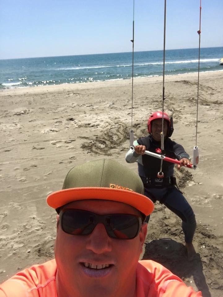 Tenir son aile de kite pendant que son moniteur fait un selfie...#whatelse