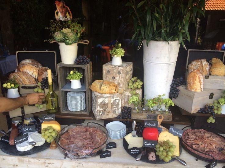mesa de carnes frias y quesos