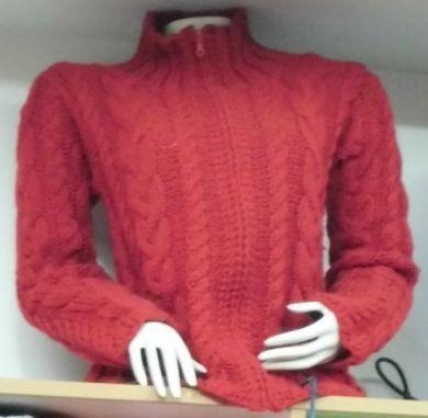 Roter #Damen #Rollkragen #Pullover aus #Alpakawolle. Dicker roter Damen Rollkragen Pullover mit Norweger Zopfmuster aus Alpakawolle  Ein besonders warmer Pullover, doppelt gestrickt.