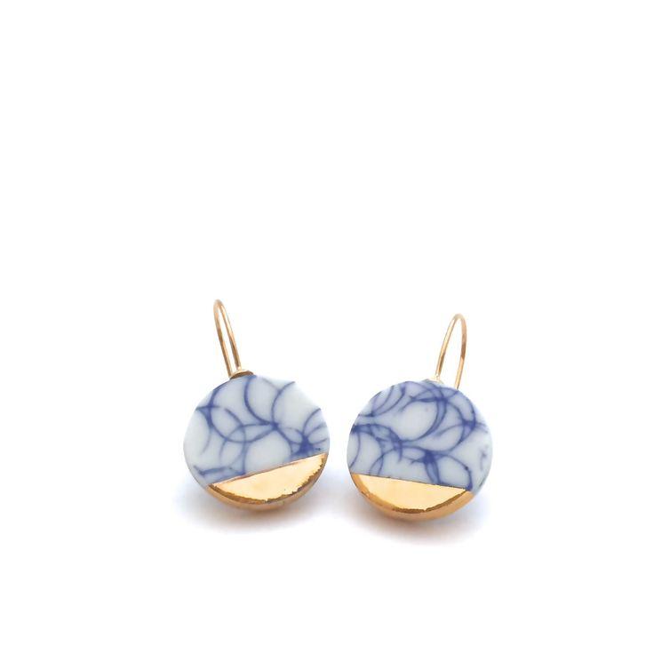 Ohrringe in weiß blau Porzellan, Keramik und Porzellan Schmuck, minimalistischen gold Ohrringe, Delfter blau, von OeiCeramics von OeiCeramics auf Etsy https://www.etsy.com/de/listing/248054601/ohrringe-in-weiss-blau-porzellan-keramik