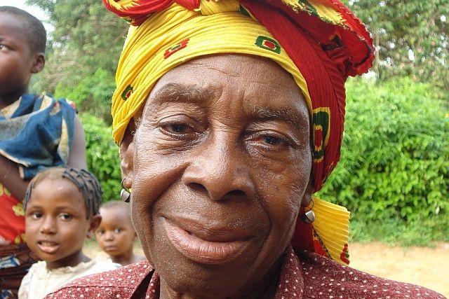 Mama è amata da tutti i bambini del suo villaggio e oggi può vedere di nuovo i loro volti grazie all'operazione di cataratta
