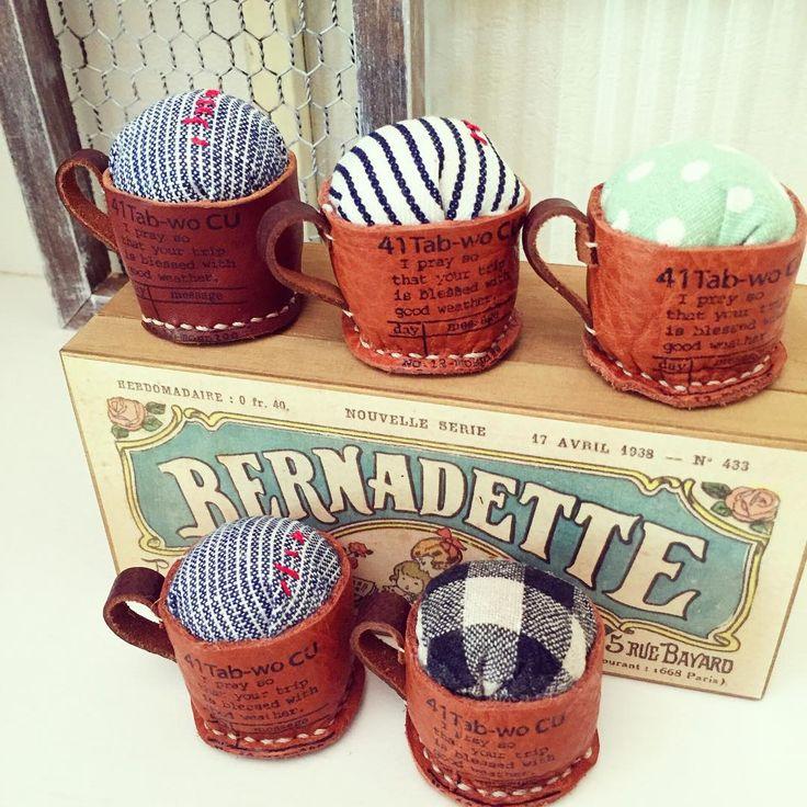 コーヒーカップのピンクッション、 またまた作りました!!! . 「イチオシ!まつり」で販売予定ですよ〜。 9月4日〜9月6日まで月寒グリーンドームで開催。 詳しくはブログを見てね。 . #イチオシまつり#イベント#ハンドメイド#レザー#革#ピンクッション#レザークラフト #handmade#leather