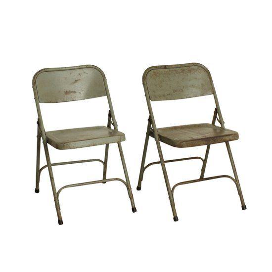 Deze grijze klapstoel van One World Interiors is gemaakt van ijzer en komt uit India. De stoelen werden gebruikt in bioscopen en voor grote evenementen zoals bruiloften en andere ceremonies. Elke stoel is anders en uniek en verschilt wat in grootte en kleur. Sommige stoelen hebben verschillende lagen verf waardoor ze een mooie authentieke look krijgen. De stoel is ongeveer 40 cm lang, 40 cm diep en 80 cm hoog.