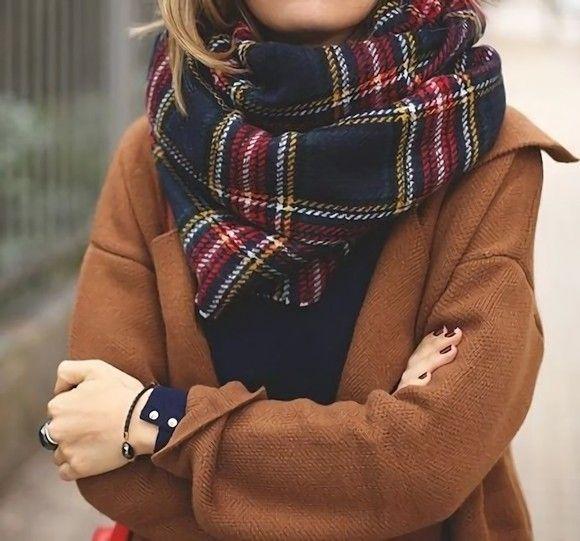 L'écharpe à carreaux écossais : l'accessoire parfait pour adopter la tendance british >> http://www.taaora.fr/blog/post/echarpe-grands-carreaux-ecossais-british